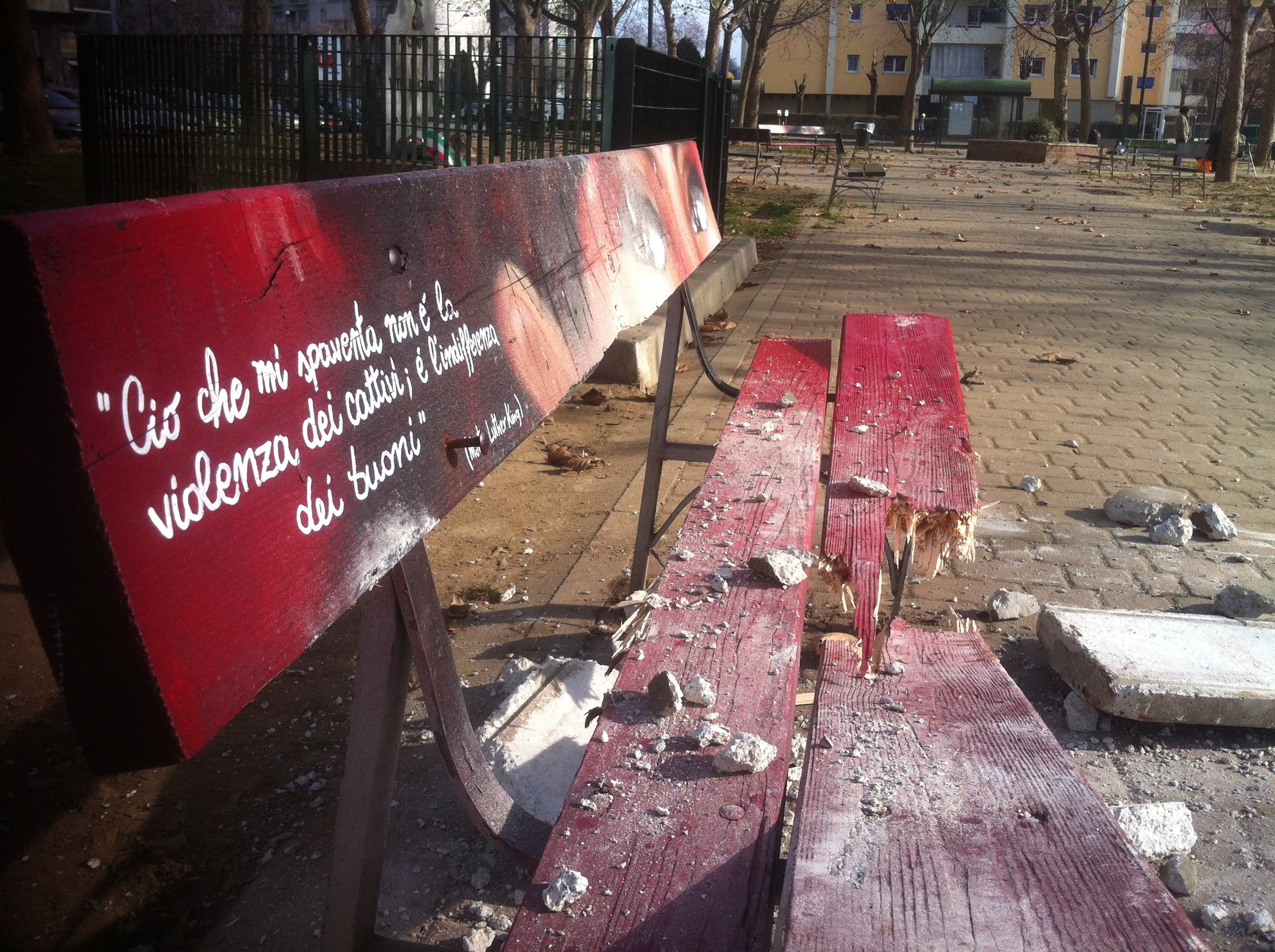 Panchina rossa vandalizzata in piazza Bottesini